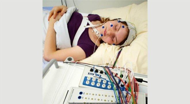 Embora dormir ajude no tratamento de algumas pessoas, outras podem ter benefícios em evitar o sono REM
