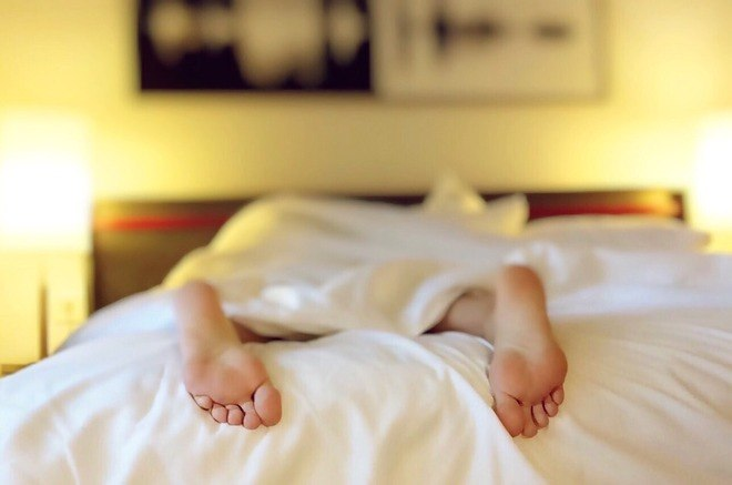 É normal acordar diversas vezes durante a noite para fazer xixi? Não. Acordar duas ou mais vezes durante a noite para ir ao banheiro é chamado de noctúria. Não é uma doença, mas um sintoma de que o corpo não está bem. Além disso, afeta a qualidade do sono, provocando cansaço durante o dia. O problema tende a ser mais frequente em idade avançada