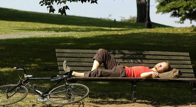 Os seres humanos teriam um ciclo biológico que pressupõe que alguns momentos do dia são mais propícios para o sono. Um desses períodos seria o meio-dia