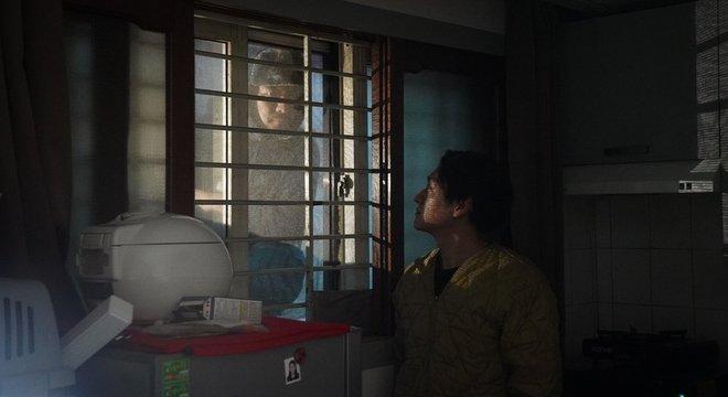Da rua, as pessoas conseguem espiar o que acontece no apartamento de Oh kee-cheol