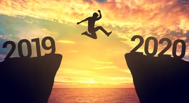 pessoa pulando entre os anos de 2019 e 2020