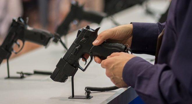 Revolveres, pistolas, fuzis e munição de diferentes calibres foram recolhidos de áreas públicas das lojas Walmart nesta véspera de eleição americana
