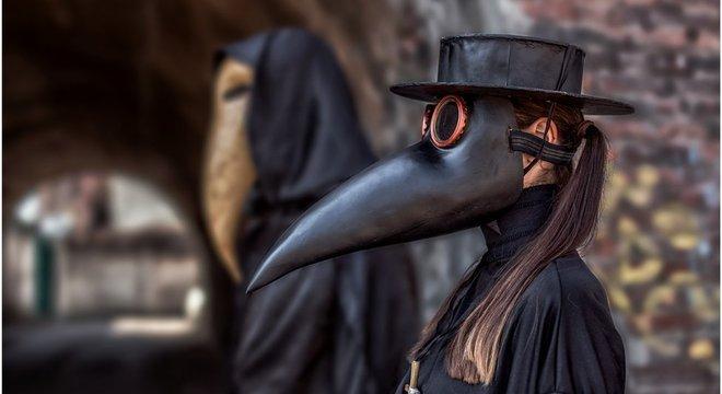 Os médicos que tratavam a peste durante a Idade Média usavam um traje distinto: a máscara com um bico continha flores secas e reduzia os efeitos dos odores ruins