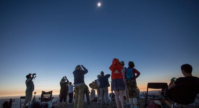 Quando a Lua fica entre a Terra e o Sol e a noite interrompe brevemente o dia, as temperaturas caem repentinamente