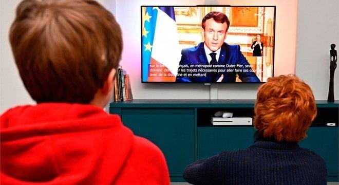 O presidente francês, Emmanuel Macron, decretou o confinamento da população no país a partir desta terça