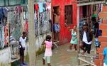 As enchentes e deslizamentos de terra causados pelas chuvas de Iota fizeram o governo local decretar emergência e calamidade pública em Cartagena de Índias, um dos principais destinos turísticos da Colômbia.O ciclone se movia em direção ao noroeste a 15 quilômetros por hora (km/h) e soprava ventos de 150 km/h com rajadas mais fortes, segundo dados do Centro Nacional de Furacões dos Estados Unidos (NHC, para seu acrônimo em inglês)