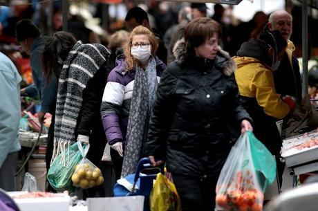 Pessoas compram mantimentos em um mercado aberto em Atenas