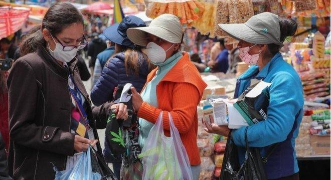 Muitas pessoas na Bolívia começaram a usar máscaras nas suas atividades diárias Bolívia