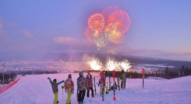 Pessoas comemoram a inauguração da cidade na estação de esqui