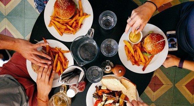 Alimentação com excesso de gordura saturada pode elevar o colesterol