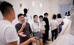 Embora a China recentemente tenha começado a permitir a retomada de algumas grandes reuniões de casamento após uma queda acentuada no número de novos casos covid-19, as empresas em Suzhou disseram à Reuters que as vendas estão longe de atingir os níveis normais, já que muitos casais estão reduzindo suas comemorações devido ao orçamento ou prolongamento restrições de alguns convidados