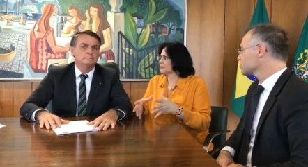 Bolsonaro com os ministros Damares Alves e André Mendonça
