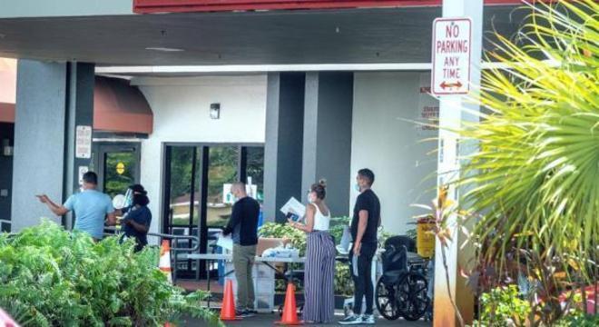 Pessoas esperando em fila para entrar no Hospital Hialeah, em Hialeah, na Flórida