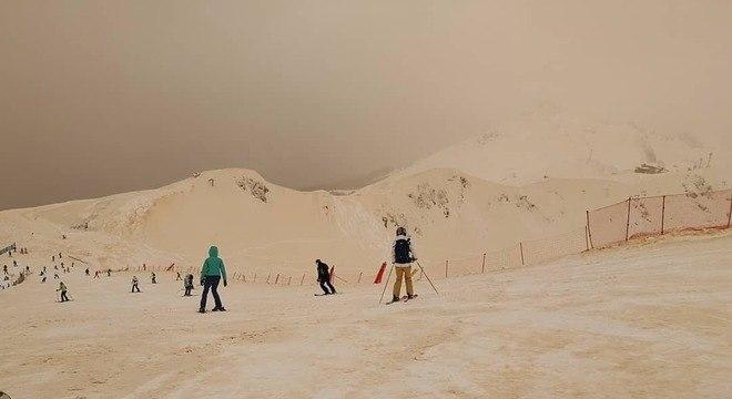 Esquiadores e snowboarders registraram o fenômeno em fotos