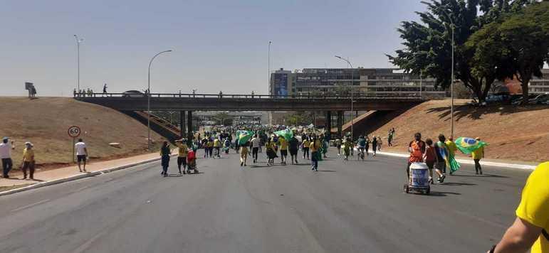 Pessoas favoráveis ao presidente Bolsonaro descem a via S1 do Eixo Monumental a caminho da Esplanada dos Ministérios