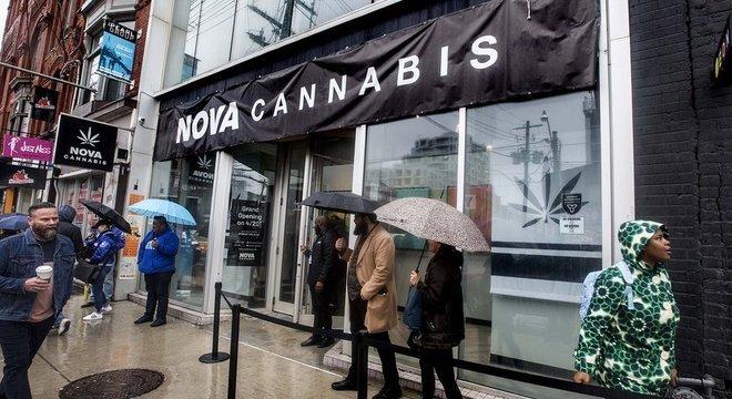 Pessoas fazem fila na abertura de uma loja de cannabis legalizada em Toronto, promessa da campanha passada de Trudeau