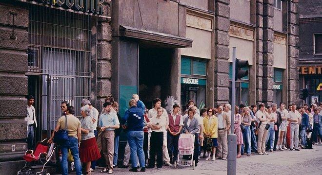 Um dia após a introdução do marco alemão como moeda na RDA, os berlinenses orientais correram para os bancos da capital para trocar suas moedas