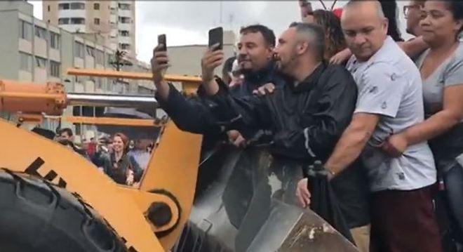 Pessoas ilhadas tiram selfie durante resgate