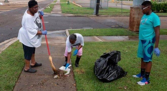As autoridades pediram para que os moradores mantenham limpas as valetas ou qualquer outra passagem de água