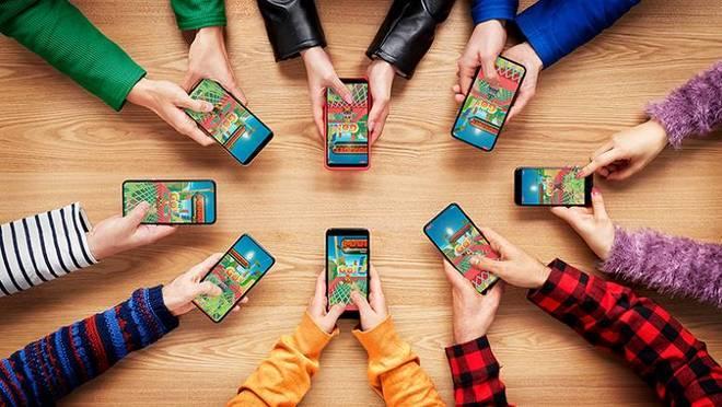 pessoas na mesa com celulares