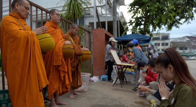 Dezenas de pessoas têm visitado os arredores de hospital para onde foram levadas crianças resgatadas de caverna na Tailândia