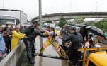 Pessoas são resgatadas em meio ao alagamento na Marginal Tietê, na altura da Ponte das Bandeiras, na manhã desta segunda-feira, 10.