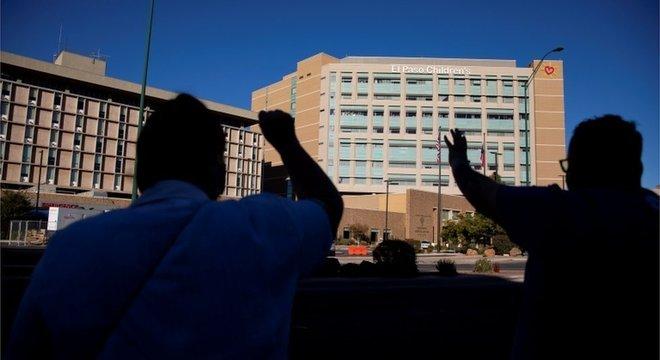 Moradores rezam em frente ao hospital de El Paso