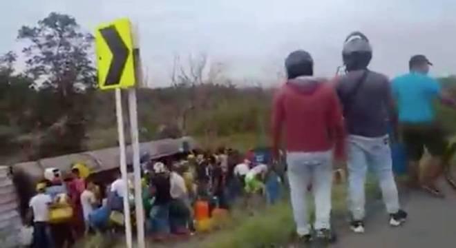 Momentos antes da explosão, dezenas estavam no entorno do caminhão tombado