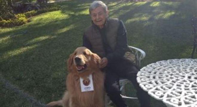 Golden retriever ajuda idosos durante isolamento social