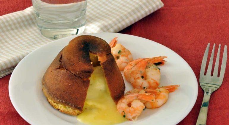Petit gâteau salgado com camarão