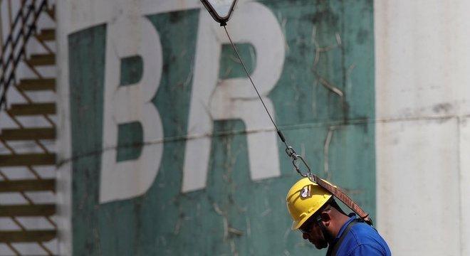 De 1953, quando foi criada, a 1997, quando a Lei do Petróleo permitiu a entrada de empresas estrangeiras no setor, a Petrobras detinha o monopólio da extração e do refino
