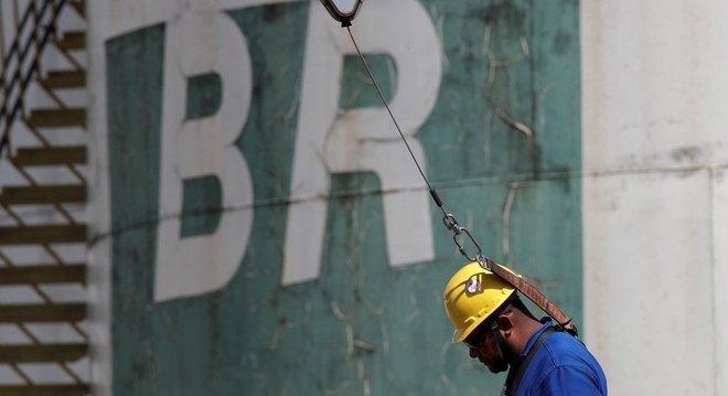 Refinarias brasileiras não têm capacidade de refinar o petróleo brasileiro sozinho