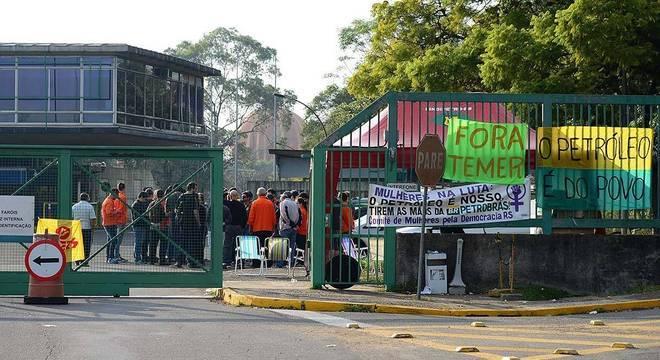 Petroleiros reunidos hoje na Refinaria Alberto Pasqualini, em Canoas (RS)