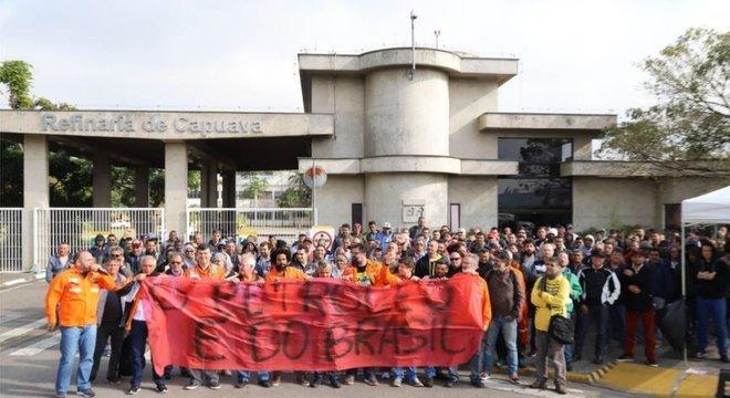 Trabalhadores parados em frente à Refinaria de Capuava, no Rio, no começo da greve
