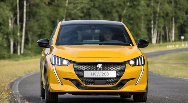 Dianteira com a nova identidade do 208, que deve antecipar o estilo do futuro SUV 2008