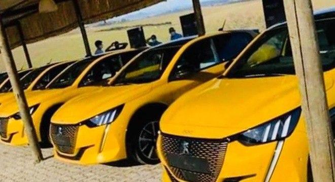 Em fotos que circulam nas redes sociais vemos diversas unidades do Peugeot 208 já no Brasil