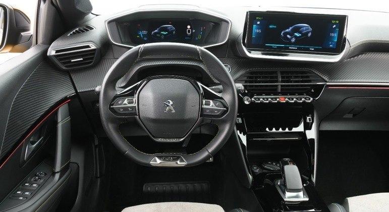 Assim como o desenho do exterior, o i-Cockpit 3D é idêntico com a opção a combustão
