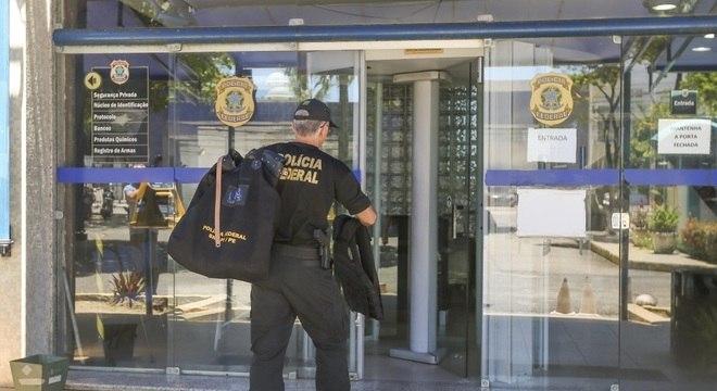 Policial com material da operação que teve como alvo o deputado Luciano Bivar