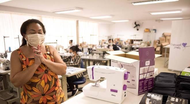 Mulheres receberam equipamentos para conseguir trabalhar de casa