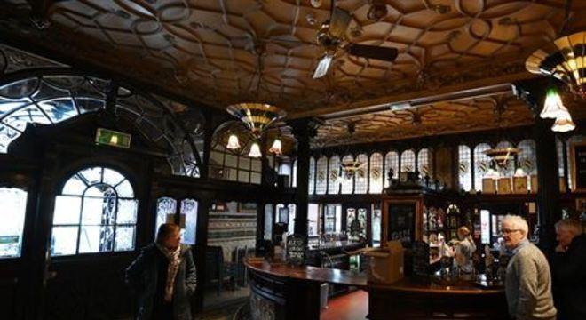 Philharmonic Dining Rooms tem arquitetura marcante, cervejas artesanais e cardápio famoso