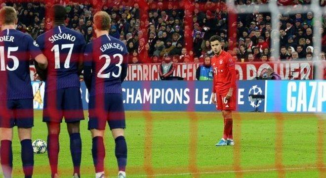 Philippe Coutinho, prestes a bater a falta que redundou no seu gol pelo Bayern