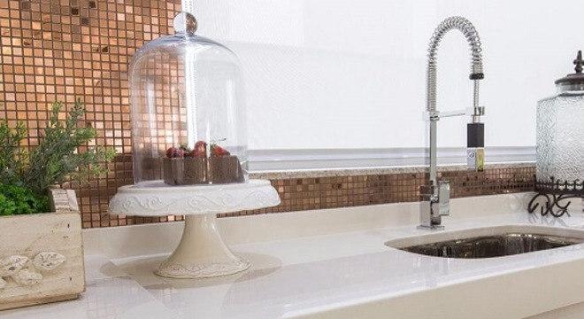 Pia de porcelanato cozinha branca e moderna
