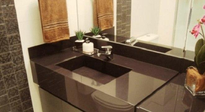 Pia de porcelanato marrom no banheiro