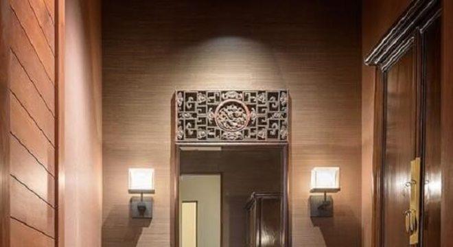 Pia de porcelanato para banheiro decorado com madeira