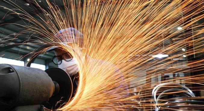 A massa salarial caiu 2,3% em julho na indústria, após alta de 1% no mês anterior