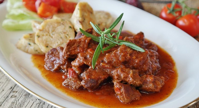 Carne doada pela Minerva Foods é usada para preparar refeições de pessoas carentes