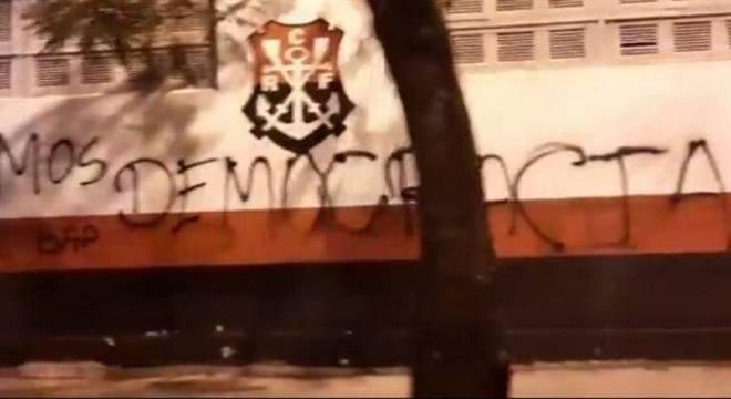 Muros foram pichados após equipe treinar sem autorização da prefeitura