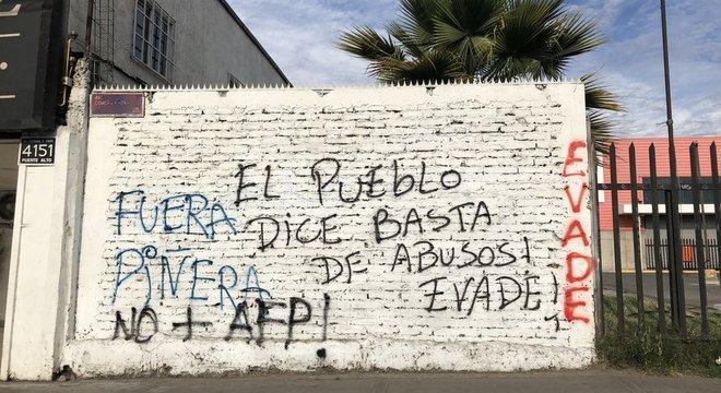 'O povo deu um basta aos abusos', diz uma pichação nas ruas de Santiago