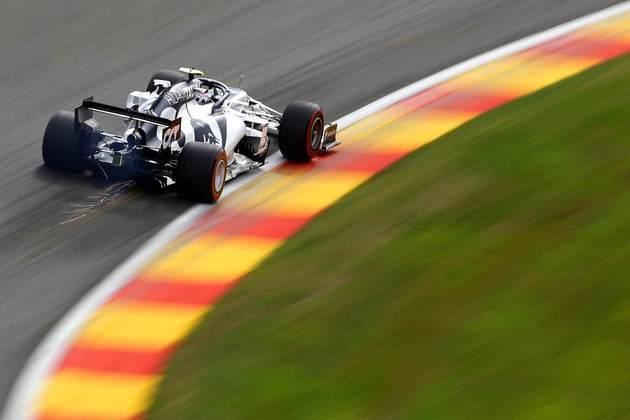 Pierre Gasly acelera sua AlphaTauri no veloz circuito de Spa-Francorchamps