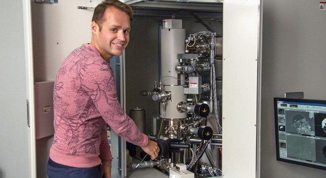 Haenecour ao lado de um dos microscópios eletrônicos que permitiram analisar o grão de poeira a nível atômico